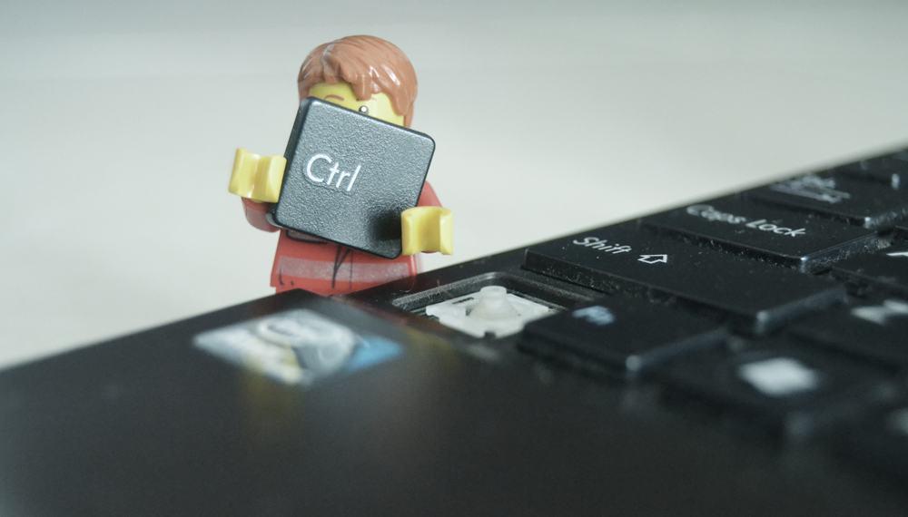 tastatură plină de praf